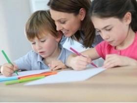 孩子学英语线上外教好还是线下外教好